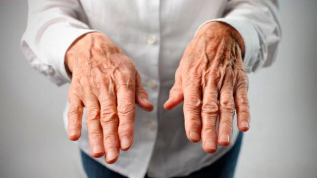 mani anziano tremano