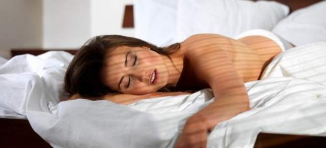 mani addormentate di notte