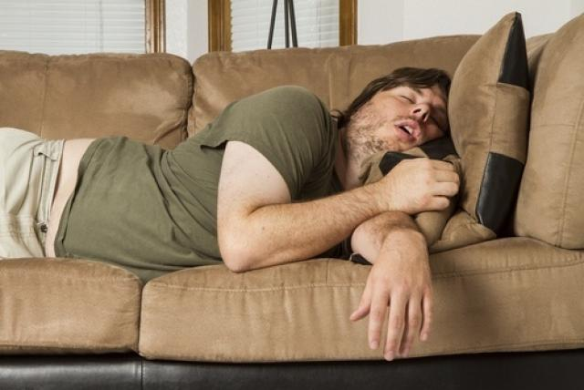 mani intorpidite mentre si dorme