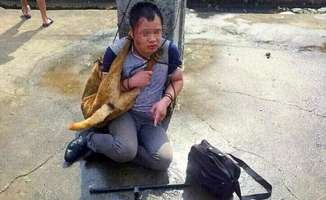 Foto Abitanti di un villaggio picchiano brutalmente per 9 ore due ladri cani per la carne